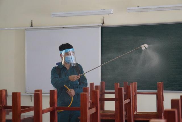 Thầy cô ở Đà Nẵng dọn dẹp trường lớp, chuẩn bị đón học sinh trở lại trường - Ảnh 13.