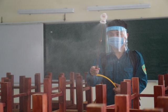 Thầy cô ở Đà Nẵng dọn dẹp trường lớp, chuẩn bị đón học sinh trở lại trường - Ảnh 14.