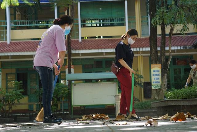 Thầy cô ở Đà Nẵng dọn dẹp trường lớp, chuẩn bị đón học sinh trở lại trường - Ảnh 2.