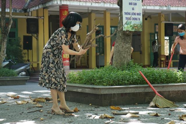 Thầy cô ở Đà Nẵng dọn dẹp trường lớp, chuẩn bị đón học sinh trở lại trường - Ảnh 3.