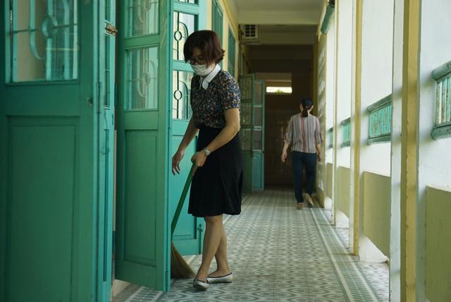 Thầy cô ở Đà Nẵng dọn dẹp trường lớp, chuẩn bị đón học sinh trở lại trường - Ảnh 4.