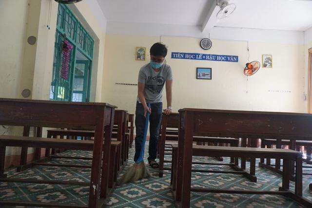 Thầy cô ở Đà Nẵng dọn dẹp trường lớp, chuẩn bị đón học sinh trở lại trường - Ảnh 5.