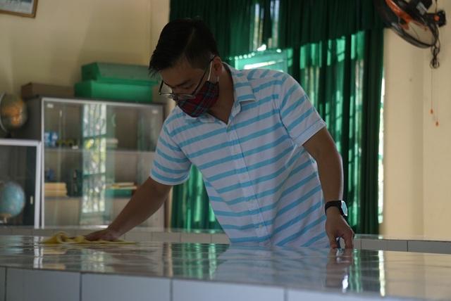 Thầy cô ở Đà Nẵng dọn dẹp trường lớp, chuẩn bị đón học sinh trở lại trường - Ảnh 6.