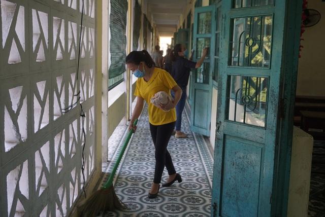 Thầy cô ở Đà Nẵng dọn dẹp trường lớp, chuẩn bị đón học sinh trở lại trường - Ảnh 7.