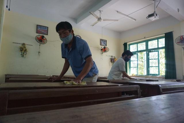 Thầy cô ở Đà Nẵng dọn dẹp trường lớp, chuẩn bị đón học sinh trở lại trường - Ảnh 8.