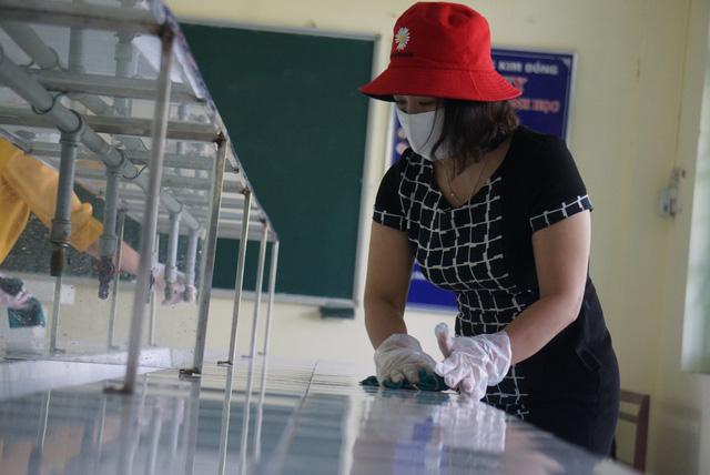 Thầy cô ở Đà Nẵng dọn dẹp trường lớp, chuẩn bị đón học sinh trở lại trường - Ảnh 12.