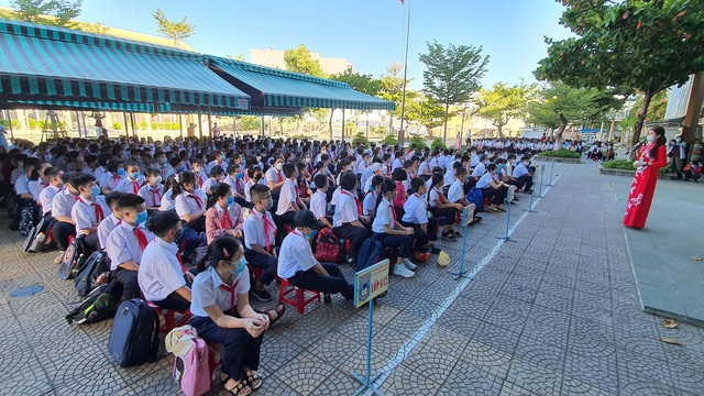 Hàng nghìn học sinh từ lớp 6 đến lớp 12 ở Đà Nẵng bắt đầu trở lại trường học  - Ảnh 9.