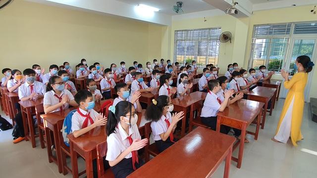 Hàng nghìn học sinh từ lớp 6 đến lớp 12 ở Đà Nẵng bắt đầu trở lại trường học  - Ảnh 13.