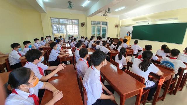 Hàng nghìn học sinh từ lớp 6 đến lớp 12 ở Đà Nẵng bắt đầu trở lại trường học  - Ảnh 4.