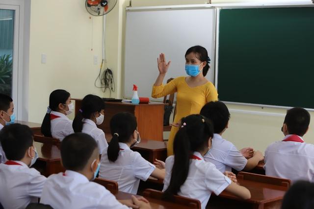 Hàng nghìn học sinh từ lớp 6 đến lớp 12 ở Đà Nẵng bắt đầu trở lại trường học  - Ảnh 15.