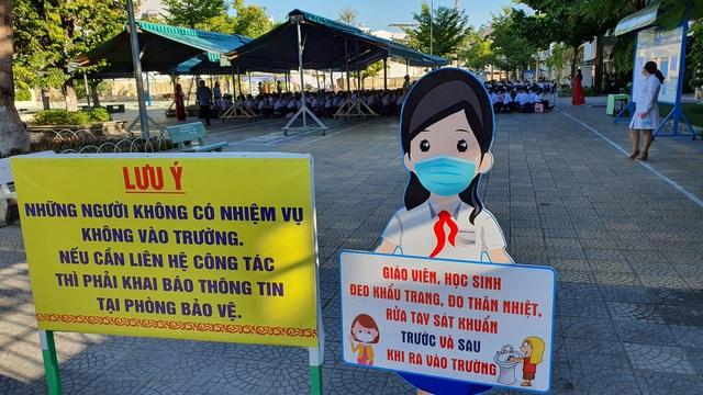 Hàng nghìn học sinh từ lớp 6 đến lớp 12 ở Đà Nẵng bắt đầu trở lại trường học  - Ảnh 12.