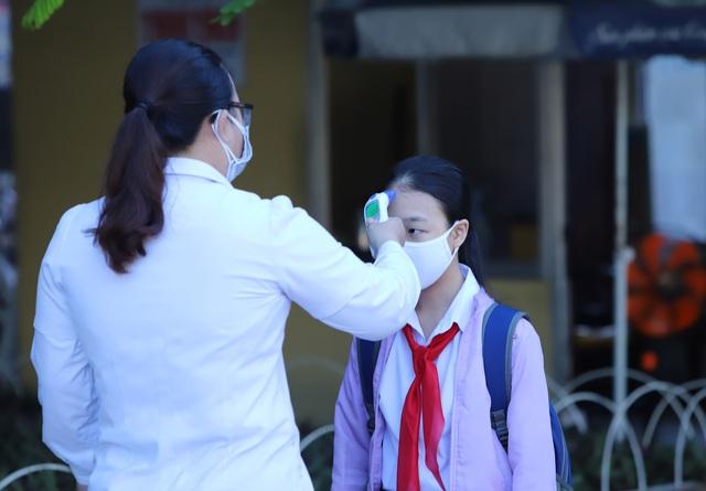 Hàng nghìn học sinh từ lớp 6 đến lớp 12 ở Đà Nẵng bắt đầu trở lại trường học  - Ảnh 1.