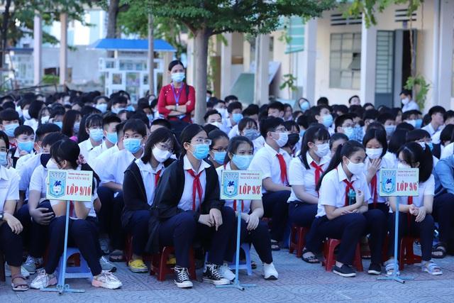 Hàng nghìn học sinh từ lớp 6 đến lớp 12 ở Đà Nẵng bắt đầu trở lại trường học  - Ảnh 10.
