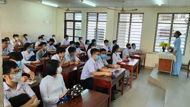 Hàng nghìn học sinh từ lớp 6 đến lớp 12 ở Đà Nẵng bắt đầu trở lại trường học  - Ảnh 7.