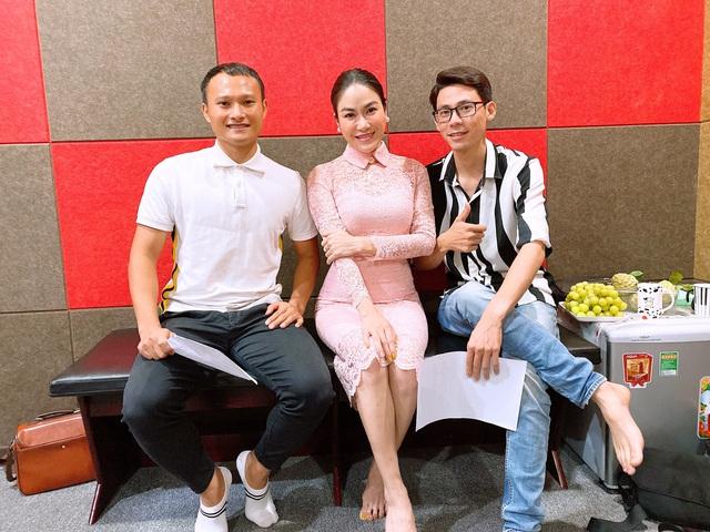 Hoa hậu Tuyết Nga kết hợp với cầu thủ Quế Ngọc Hải ra MV tặng bác sĩ tuyến đầu chống dịch Covid-19 - Ảnh 1.