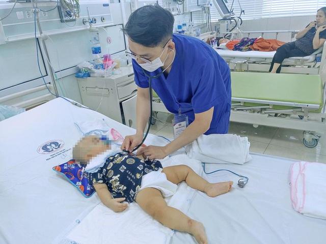 Trượt chân ngã từ bậc cầu thang, bé trai 11 tháng tuổi bị kéo đâm vào đầu - Ảnh 1.