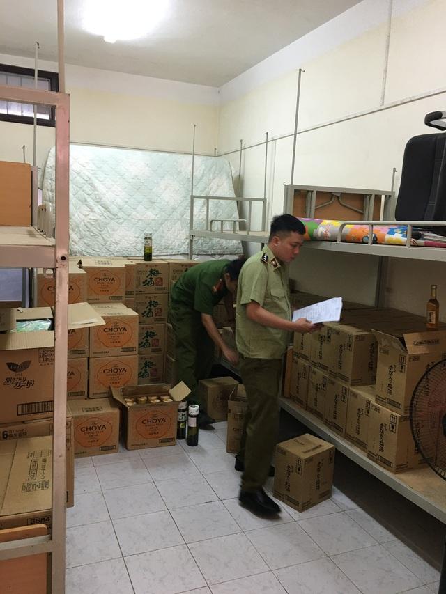 Sử dụng Ký túc xá Đại học Mỏ địa chất tập kết trên 1.300 chai rượu ngoại nghi nhập lậu - Ảnh 1.