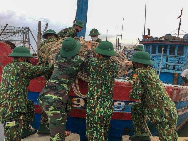 Biên phòng Quảng Trị giúp người dân chằng chống nhà cửa, đưa tàu thuyền vào bờ trú bão - Ảnh 10.