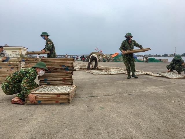 Biên phòng Quảng Trị giúp người dân chằng chống nhà cửa, đưa tàu thuyền vào bờ trú bão - Ảnh 12.