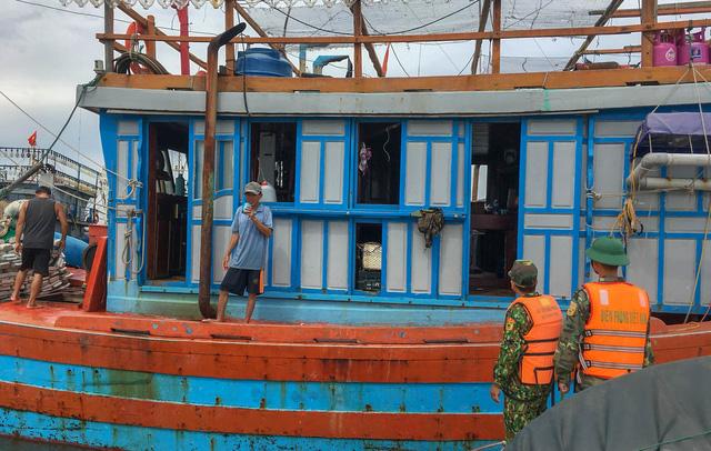 Biên phòng Quảng Trị giúp người dân chằng chống nhà cửa, đưa tàu thuyền vào bờ trú bão - Ảnh 2.