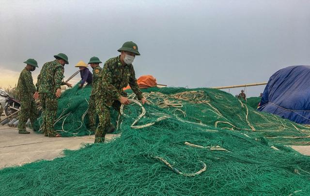 Biên phòng Quảng Trị giúp người dân chằng chống nhà cửa, đưa tàu thuyền vào bờ trú bão - Ảnh 11.