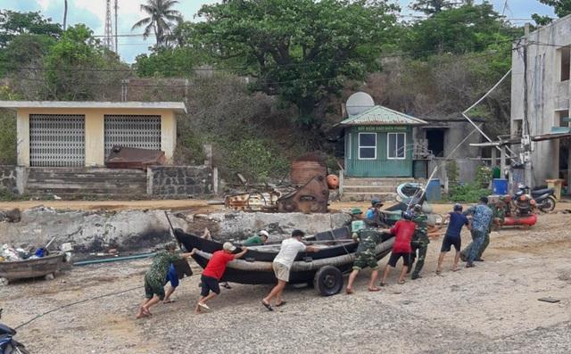 Biên phòng Quảng Trị giúp người dân chằng chống nhà cửa, đưa tàu thuyền vào bờ trú bão - Ảnh 5.