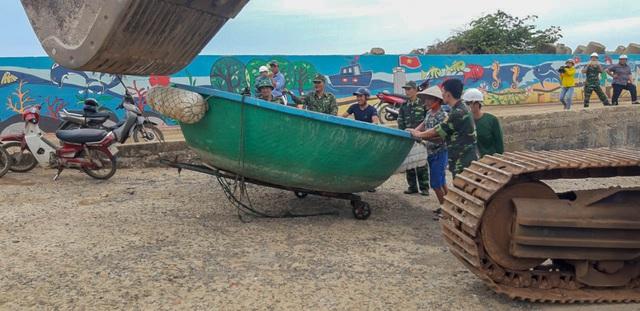 Biên phòng Quảng Trị giúp người dân chằng chống nhà cửa, đưa tàu thuyền vào bờ trú bão - Ảnh 6.