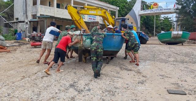 Biên phòng Quảng Trị giúp người dân chằng chống nhà cửa, đưa tàu thuyền vào bờ trú bão - Ảnh 4.