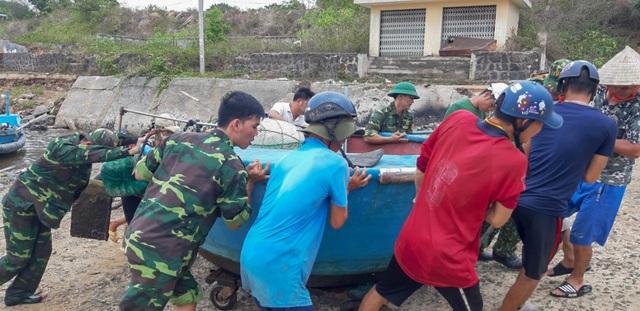 Biên phòng Quảng Trị giúp người dân chằng chống nhà cửa, đưa tàu thuyền vào bờ trú bão - Ảnh 7.