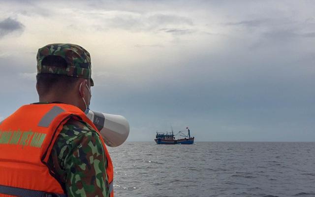 Biên phòng Quảng Trị giúp người dân chằng chống nhà cửa, đưa tàu thuyền vào bờ trú bão - Ảnh 1.