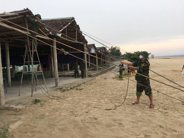 Biên phòng Quảng Trị giúp người dân chằng chống nhà cửa, đưa tàu thuyền vào bờ trú bão - Ảnh 13.