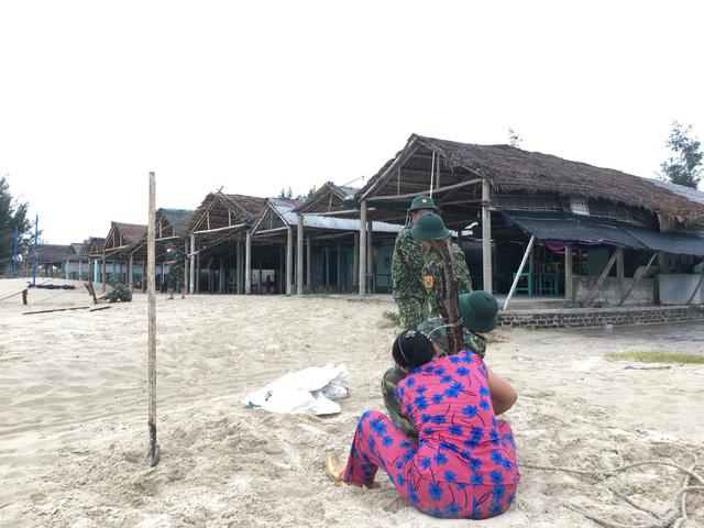 Biên phòng Quảng Trị giúp người dân chằng chống nhà cửa, đưa tàu thuyền vào bờ trú bão - Ảnh 14.