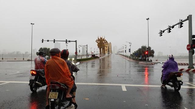 Nhiều tuyến đường ở Đà Nẵng ngập sâu, cây xanh ngã đổ - Ảnh 1.