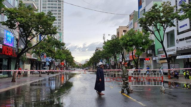 Nhiều tuyến đường ở Đà Nẵng ngập sâu, cây xanh ngã đổ - Ảnh 6.