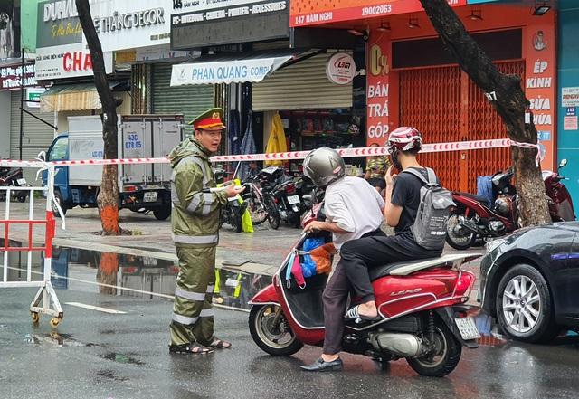 Nhiều tuyến đường ở Đà Nẵng ngập sâu, cây xanh ngã đổ - Ảnh 7.