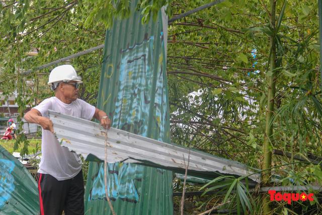 Gió to, mưa lớn, nhiều cây xanh tại TP Huế ngã đổ do bão số 5 - Ảnh 11.