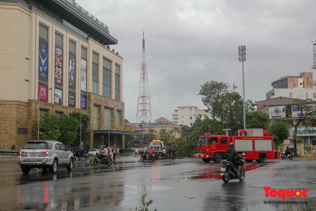 Gió to, mưa lớn, nhiều cây xanh tại TP Huế ngã đổ do bão số 5 - Ảnh 1.