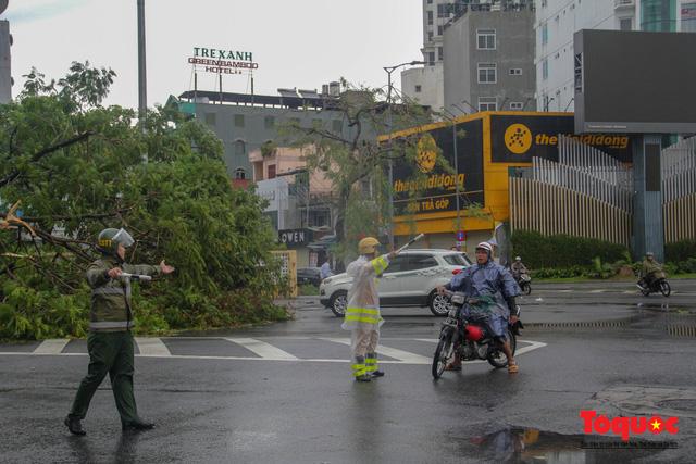 Gió to, mưa lớn, nhiều cây xanh tại TP Huế ngã đổ do bão số 5 - Ảnh 17.