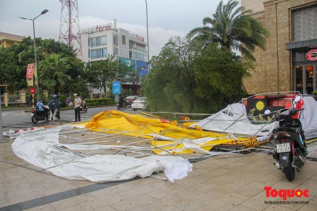 Gió to, mưa lớn, nhiều cây xanh tại TP Huế ngã đổ do bão số 5 - Ảnh 3.