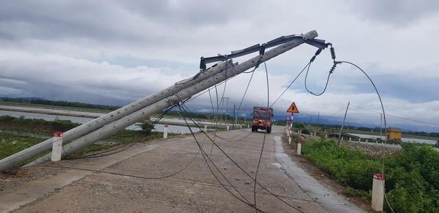 EVNCPC khẩn trương xử lý sự cố lưới điện do ảnh hưởng bão số 5 - Ảnh 2.
