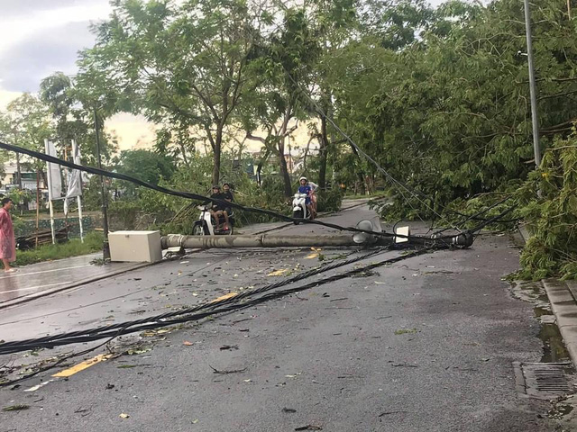 EVNCPC khẩn trương xử lý sự cố lưới điện do ảnh hưởng bão số 5 - Ảnh 1.