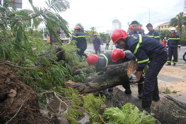 Huế có 1 người chết, hàng nghìn nhà tốc mái do bão số 5 - Ảnh 2.