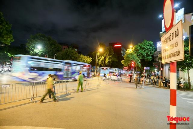 Phố đi bộ Hồ Gươm mở của trở lại, người dân thủ đô thảnh thơi tản bộ trong tiết trời mùa Thu - Ảnh 1.