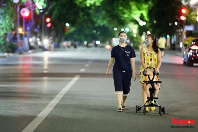 Phố đi bộ Hồ Gươm mở của trở lại, người dân thủ đô thảnh thơi tản bộ trong tiết trời mùa Thu - Ảnh 7.