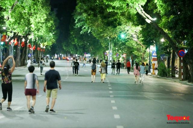 Phố đi bộ Hồ Gươm mở của trở lại, người dân thủ đô thảnh thơi tản bộ trong tiết trời mùa Thu - Ảnh 5.