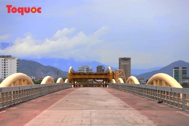 Nhiều người bất ngờ khi thấy nhịp giữa của cầu Nguyễn Văn Trỗi nâng lên cho tàu thuyền qua - Ảnh 3.