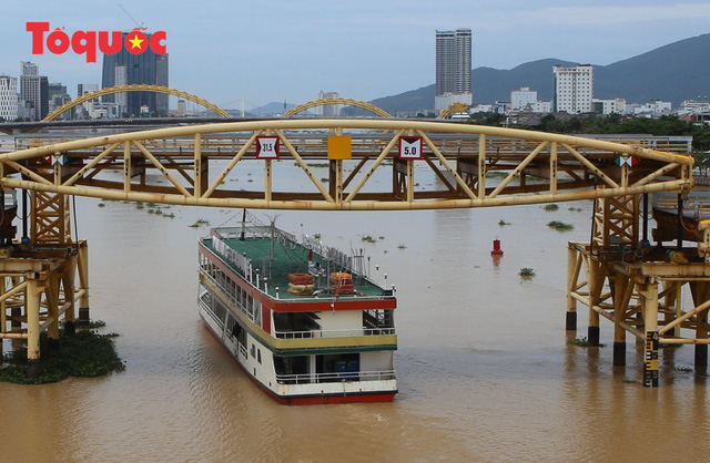 Nhiều người bất ngờ khi thấy nhịp giữa của cầu Nguyễn Văn Trỗi nâng lên cho tàu thuyền qua - Ảnh 14.