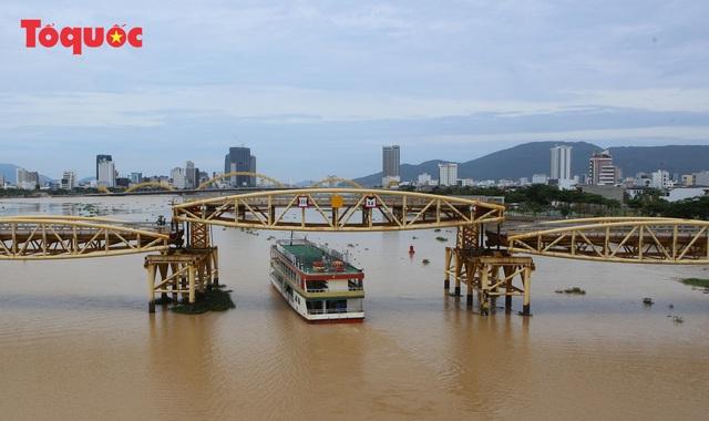 Nhiều người bất ngờ khi thấy nhịp giữa của cầu Nguyễn Văn Trỗi nâng lên cho tàu thuyền qua - Ảnh 13.