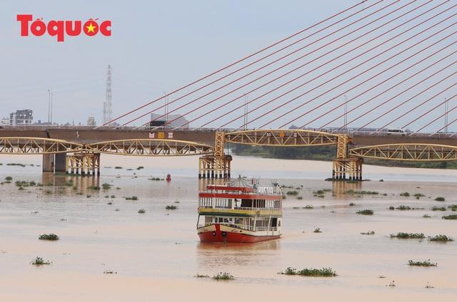 Nhiều người bất ngờ khi thấy nhịp giữa của cầu Nguyễn Văn Trỗi nâng lên cho tàu thuyền qua - Ảnh 16.