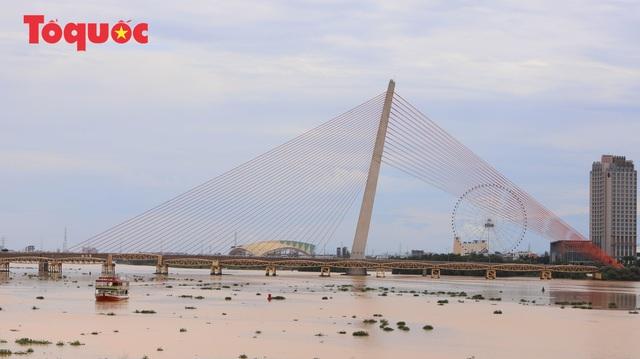 Trước đó, năm 1960, cầu Trần Thị Lý đã được xây dựng cách 70m về phía thượng lưu, sông đây là cầu đường sắt, sau năm 1975 mới cải tạo thành cầu đường bộ.